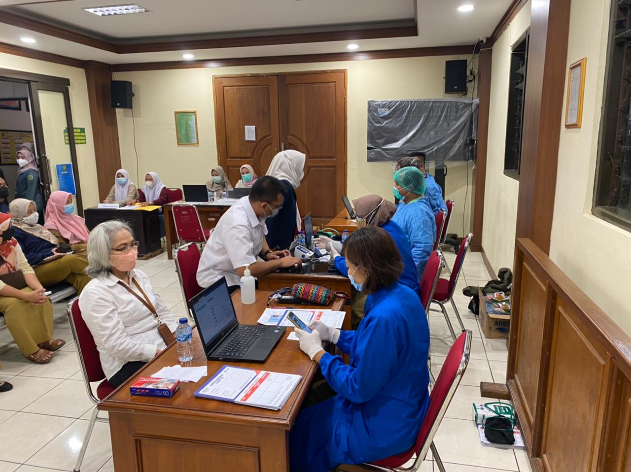 Vaksinasi Covid-19 tahap pertama di Pengadilan Negeri Bekasi