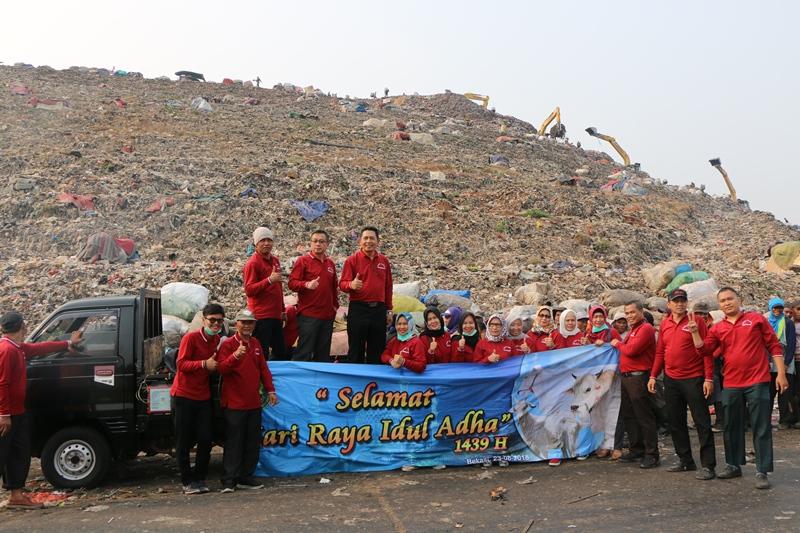 Kegiatan Penyembelihan dan Pendistribusian Daging Qurban dari Keluarga Besar Pengadilan Negeri Bekasi di TPA Bantargebang Bekasi